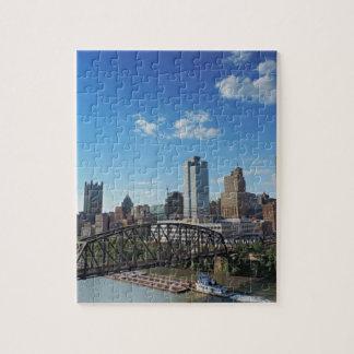 Horizonte de Pittsburgh del puente de la calle de Puzzle