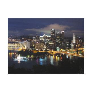 Horizonte de Pittsburgh en la lona de la oscuridad Lona Estirada Galerías