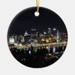 Horizonte de Pittsburgh en la noche del soporte Adorno Navideño Redondo De Cerámica
