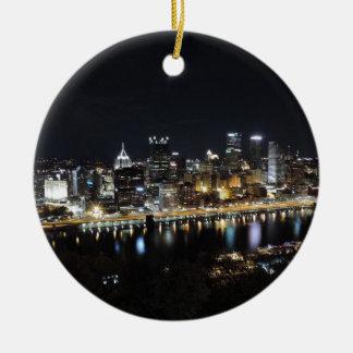 Horizonte de Pittsburgh en la noche del soporte Adorno Redondo De Cerámica