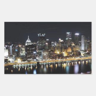 Horizonte de Pittsburgh en la noche del soporte Rectangular Altavoz