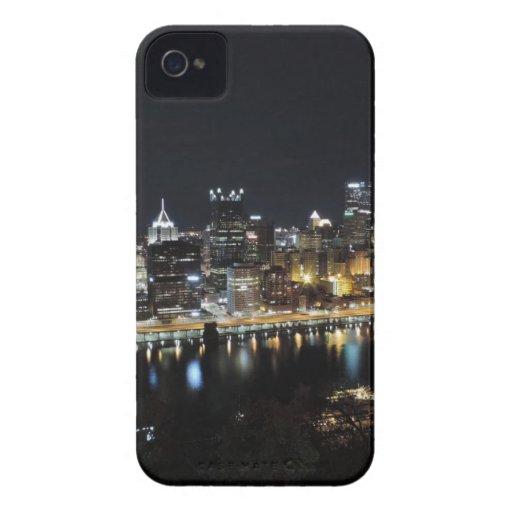 Horizonte de Pittsburgh en la noche del soporte Wa iPhone 4 Case-Mate Protector