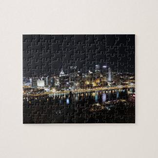 Horizonte de Pittsburgh en la noche del soporte Wa Puzzles Con Fotos