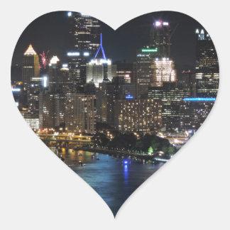 Horizonte de Pittsburgh en la noche Calcomania Corazon Personalizadas