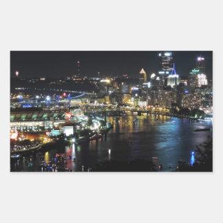 Horizonte de Pittsburgh en la noche Rectangular Pegatina