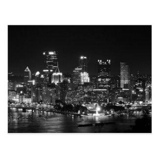 Horizonte de Pittsburgh en la noche Postal