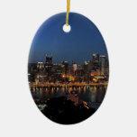 Horizonte de Pittsburgh en la oscuridad Ornamentos De Reyes