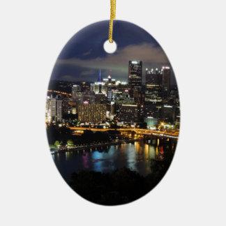 Horizonte de Pittsburgh en la oscuridad Adorno Ovalado De Cerámica