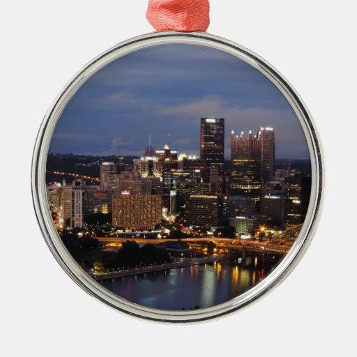 Horizonte de Pittsburgh en la oscuridad Ornato