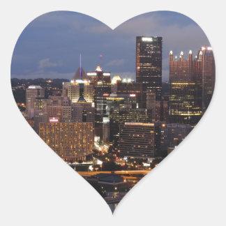Horizonte de Pittsburgh en la oscuridad Calcomanía De Corazón Personalizadas