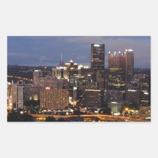 Horizonte de Pittsburgh en la oscuridad Rectangular Pegatina
