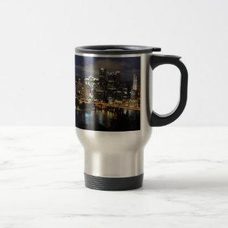 Horizonte de Pittsburgh en la oscuridad Tazas De Café