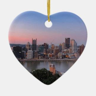 Horizonte de Pittsburgh en la puesta del sol Adorno Navideño De Cerámica En Forma De Corazón