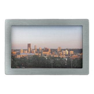 Horizonte de Pittsburgh en la puesta del sol Hebilla Cinturon Rectangular