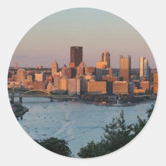 Horizonte de Pittsburgh en la puesta del sol Pegatina Redonda