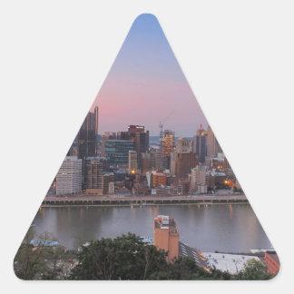 Horizonte de Pittsburgh en la puesta del sol Pegatina Triangular