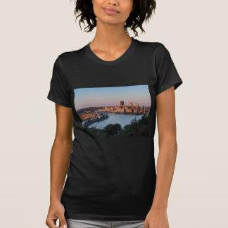 Horizonte de Pittsburgh en la puesta del sol Camiseta