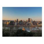 Horizonte de Pittsburgh en la puesta del sol Postales