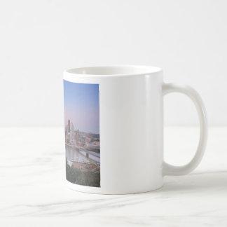 Horizonte de Pittsburgh en la puesta del sol Tazas De Café