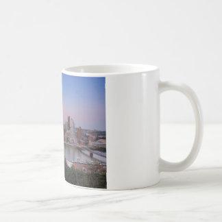 Horizonte de Pittsburgh en la puesta del sol Taza De Café
