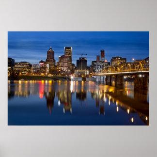 Horizonte de Portland Oregon en el poster azul de