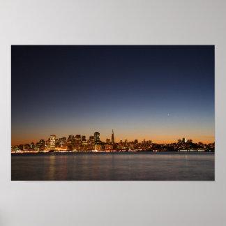 Horizonte de San Francisco en la puesta del sol Póster