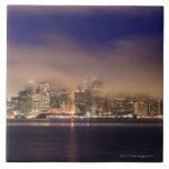 Horizonte de San Francisco en niebla en la noche Tejas Cerámicas