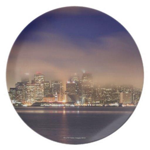 Horizonte de San Francisco en niebla en la noche Plato