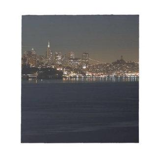 Horizonte de San Francisco visto de enfrente de la Blocs De Notas