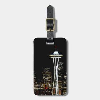 Horizonte de Seattle en la noche, con la aguja del Etiquetas Para Maletas