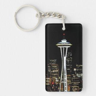 Horizonte de Seattle en la noche, con la aguja del Llavero