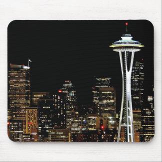 Horizonte de Seattle en la noche, con la aguja del Tapete De Ratón