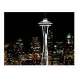 Horizonte de Seattle en la noche, con la aguja del Postales
