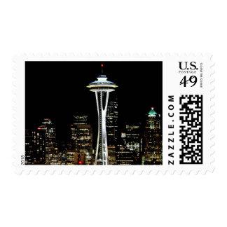 Horizonte de Seattle en la noche, con la aguja del Timbres Postales
