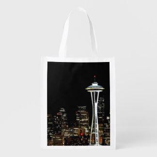 Horizonte de Seattle en la noche con la aguja del