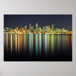 Horizonte de Seattle en la noche con la reflexión Posters