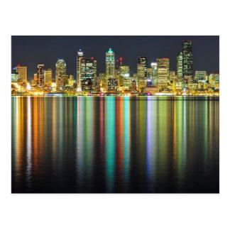 Horizonte de Seattle en la noche con la reflexión Tarjeta Postal