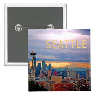 Horizonte de Seattle Washington en el TEXTO Pin Cuadrado