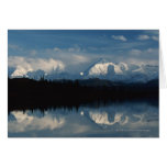 Horizonte del lago mirror con el bosque y las mont tarjetón