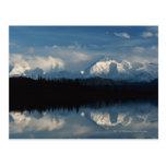 Horizonte del lago mirror con el bosque y las mont postales