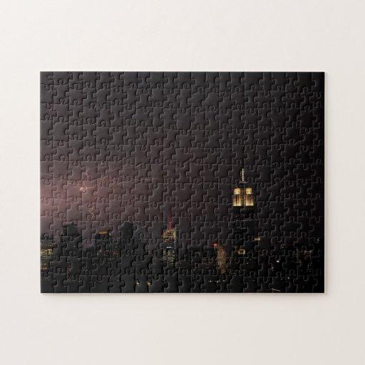 Horizonte del Midtown NYC con rayo parecido a una Rompecabeza
