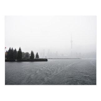Horizonte del puerto de Toronto en la lluvia Postal