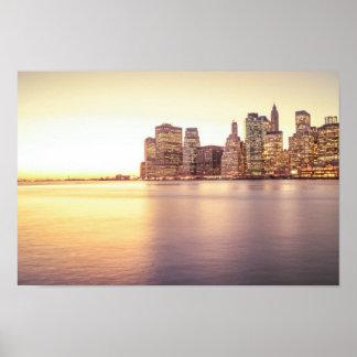 Horizonte del rascacielos - puesta del sol de New  Poster