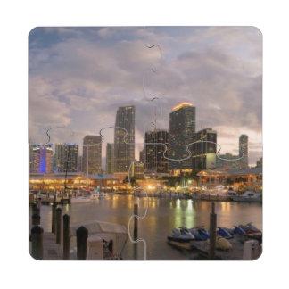 Horizonte financiero de Miami en la oscuridad Posavasos De Puzzle