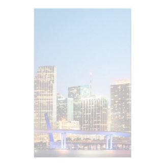 Horizonte iluminado de Miami céntrica en la oscuri Papeleria