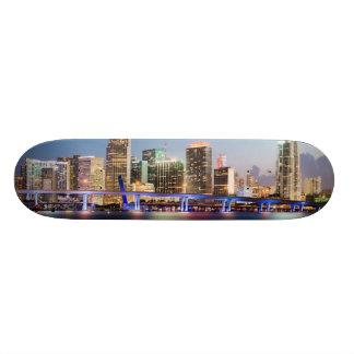 Horizonte iluminado de Miami céntrica en la oscuri Monopatín Personalizado