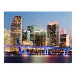 Horizonte iluminado de Miami céntrica en la oscuri Postales