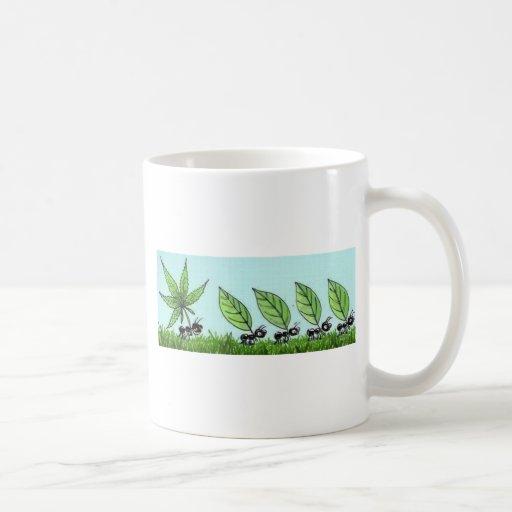 hormiga colocada taza de café