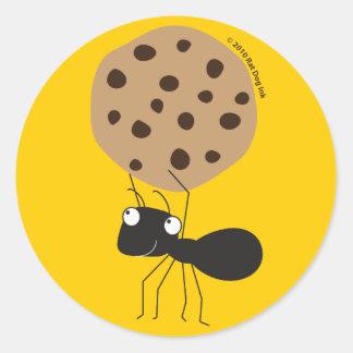 Hormiga con los pegatinas de la galleta pegatina redonda