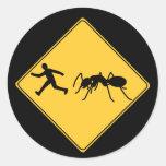 Hormiga del gigante de la muestra de camino pegatina redonda